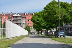 Pavimentazione con edificio residenziale e gli alberi Immagini Stock