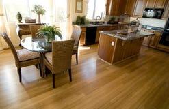 Pavimentazione del legno duro nella casa aperta di programma fotografia stock