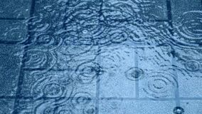 Pavimentazione delle gocce di pioggia archivi video
