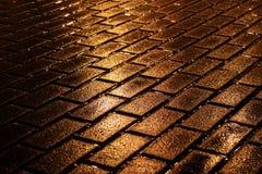 Pavimentazione dorata di notte Fotografie Stock