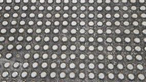 Pavimentazione fissata metallo con un pezzo mancante Fotografie Stock