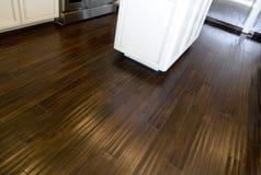 Pavimentazione macchiata scura del legno duro fotografie stock