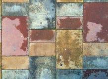 Pavimentazione multicolore a terrazze di terracotta bagnata fotografia stock