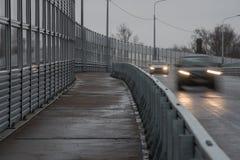Pavimentazione pedonale lungo il viadotto ad alta velocità Immagini Stock