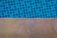 Pavimentazione in piastrelle con la piscina Fotografia Stock
