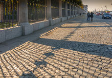 Pavimentazione pietrosa vicino ad una grata di un Letniy triste di St Petersburg Fotografia Stock