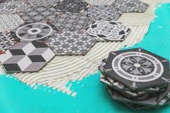 Pavimentazione - porre le piastrelle per pavimento di esagono fotografia stock libera da diritti