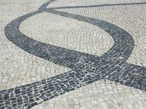 Pavimentazione portoghese del cobblestone immagini stock libere da diritti
