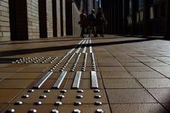 Pavimentazione tattile, Osaka, Giappone immagini stock