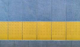 Pavimentazione tattile per l'handicap cieco sul sentiero per pedoni delle mattonelle immagine stock libera da diritti