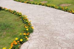 Pavimentazione vuota con i fiori variopinti Fotografia Stock