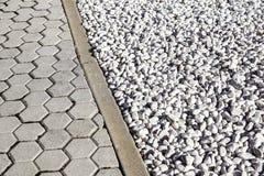Pavimente o projeto com as telhas do terraço e materiais do cascalho decorativo os vários para pavimentar nos materiais de constr foto de stock royalty free