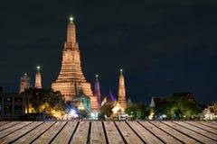Pavimenti di legno e viste Wat Arun Buddhist immagini stock