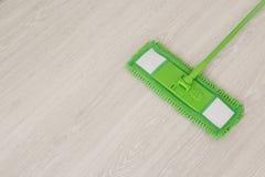 pavimenti di pulizia di zazzera Immagini Stock Libere da Diritti