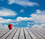 Pavimenti e cielo blu di legno Fotografia Stock Libera da Diritti