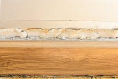 Pavimenti i modanature e dipinga il gonfiamento di colore sulla vecchia parete bianca Fotografia Stock