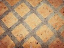 Pavimenti piastrellati arancio con calcestruzzo Immagine Stock Libera da Diritti
