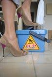 Pavimento bagnato di avvertenza Fotografie Stock Libere da Diritti