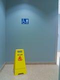 Pavimento bagnato in stanza da bagno immagini stock libere da diritti