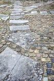 Pavimento con los adoquines y la piedra natural Fotos de archivo