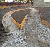Pavimento concreto novo de construção o jardim Fundação para pavimentar imagens de stock