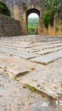 Pavimento de pedra à porta de Monteriggioni fotografia de stock