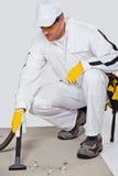 Pavimento del cemento di pulizia con l'aspirapolvere Fotografie Stock