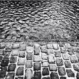 Pavimento del ladrillo y superficie del agua Fotos de archivo libres de regalías