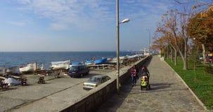 Pavimento del placer a lo largo de la costa del Mar Negro en Pomorie, Bulgaria almacen de video