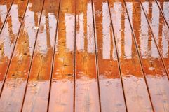 Pavimento della piattaforma nella pioggia immagine stock