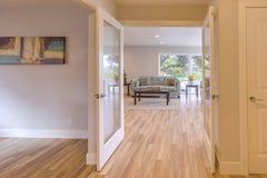 Pavimento di bambù e doppie porte spalancate nella casa di San Diego Fotografia Stock Libera da Diritti