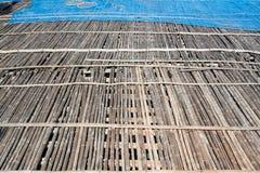 pavimento di bambù nel posto per la fabbricazione della pasta del gamberetto sotto il sole, Immagine Stock
