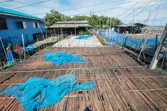 Pavimento di bambù nel posto per la fabbricazione della pasta del gamberetto sotto il sole Fotografia Stock