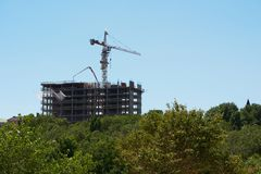 Pavimento di calcestruzzo di versamento durante la costruzione di un edificio dell'appartamento Immagini Stock Libere da Diritti