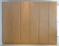 Pavimento di legno ai guardaroba del soffitto fotografia stock