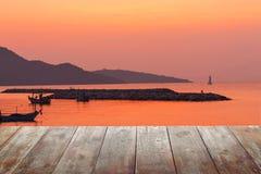 Pavimento di legno alba alla mattina del mare fotografie stock libere da diritti