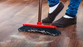Pavimento di legno ampio della donna di pulizia Fotografia Stock Libera da Diritti