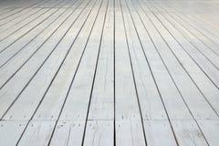 Pavimento di legno bianco all'aperto della veranda o del patio nella vista di prospettiva Immagine Stock Libera da Diritti