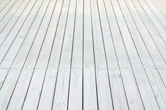Pavimento di legno bianco all'aperto della veranda o del patio nella vista di prospettiva Fotografia Stock Libera da Diritti