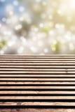 Pavimento di legno con bokeh idilliaco fotografia stock