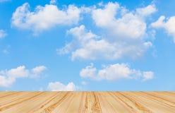 Pavimento di legno con il fondo del cielo blu Immagini Stock