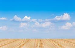 Pavimento di legno con il fondo del cielo blu Fotografia Stock