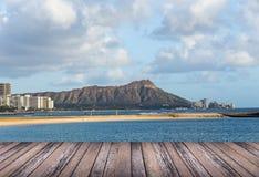 Pavimento di legno con il fondo della spiaggia delle Hawai Fotografia Stock