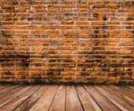 Pavimento di legno con il vecchio fondo del muro di mattoni Fotografie Stock Libere da Diritti