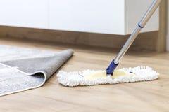 Pavimento di legno con la zazzera bianca, concetto di pulizia di servizio fotografia stock libera da diritti