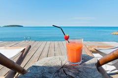 Pavimento di legno con le chaise longue ed il cocktail Immagini Stock Libere da Diritti