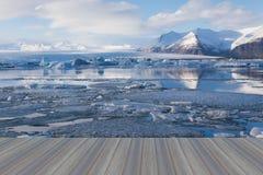 Pavimento di legno d'apertura, lago di fusione del ghiaccio di Jokulsarlon Immagini Stock Libere da Diritti