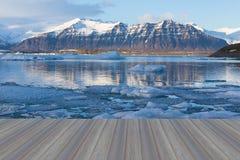 Pavimento di legno d'apertura, laguna di Jokulsarlon, bello paesaggio freddo Fotografie Stock