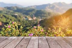 Pavimento di legno del terrazzo del balcone sull'alta montagna della foresta pluviale di punto di vista di mattina Fotografia Stock
