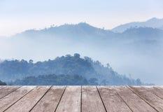 Pavimento di legno del terrazzo del balcone sull'alta montagna tropicale della foresta pluviale di punto di vista di mattina Fotografia Stock Libera da Diritti